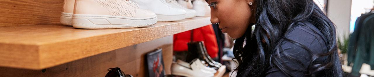 Verkoopster met schoenen